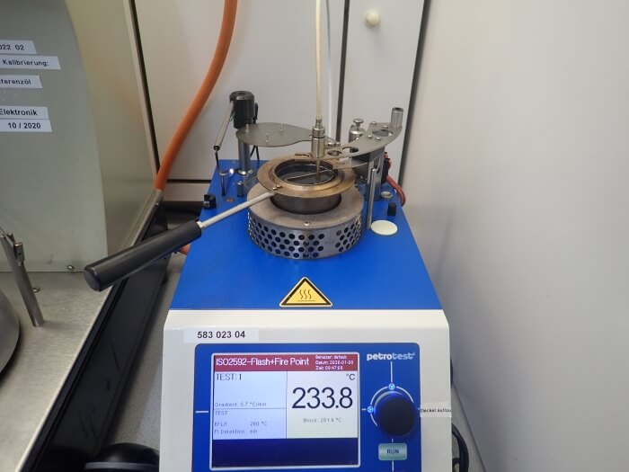 A test device for determination of the flash point from oil